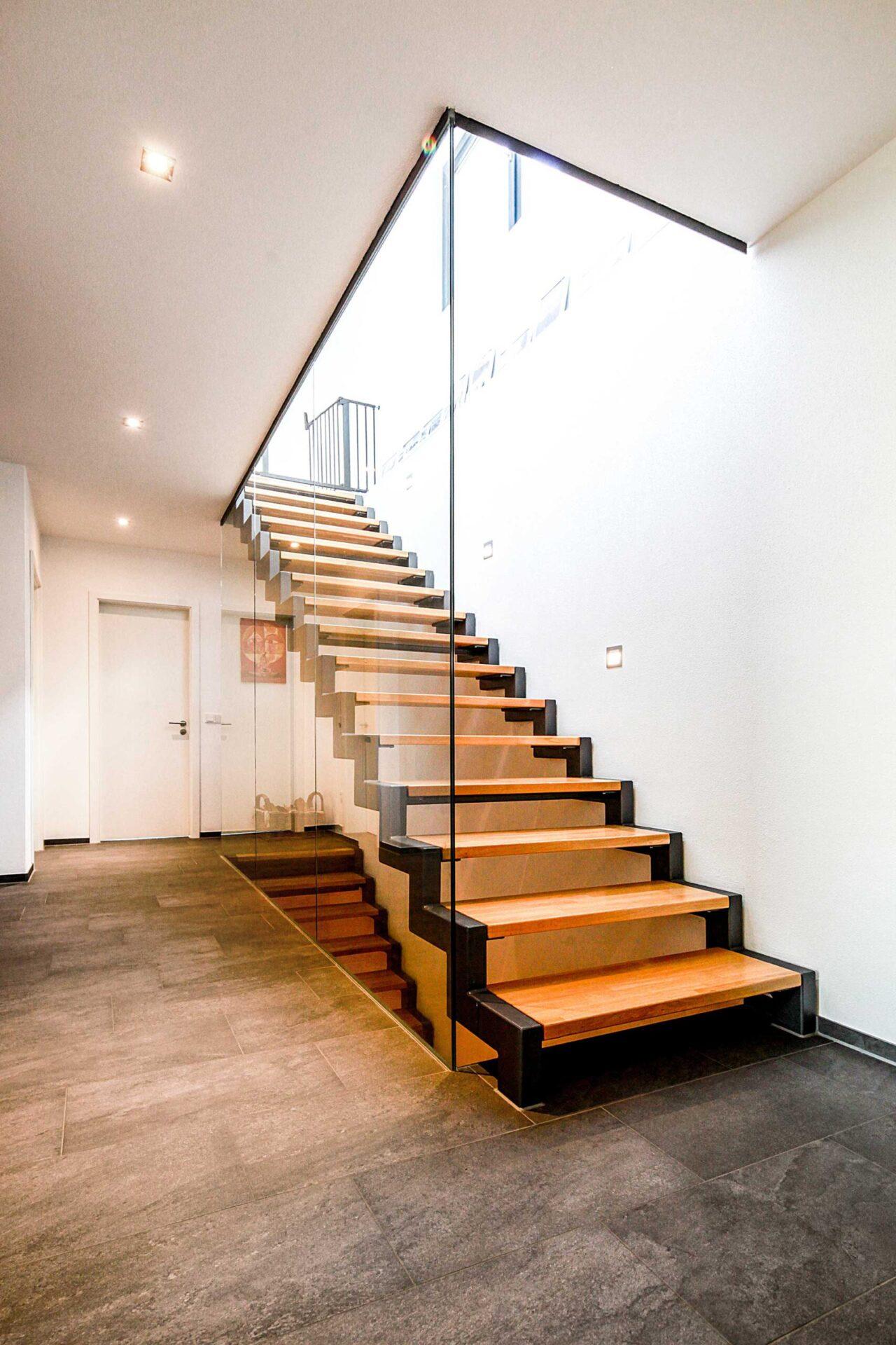 moderne Architektur - Treppenbereich mit Glastrennwand