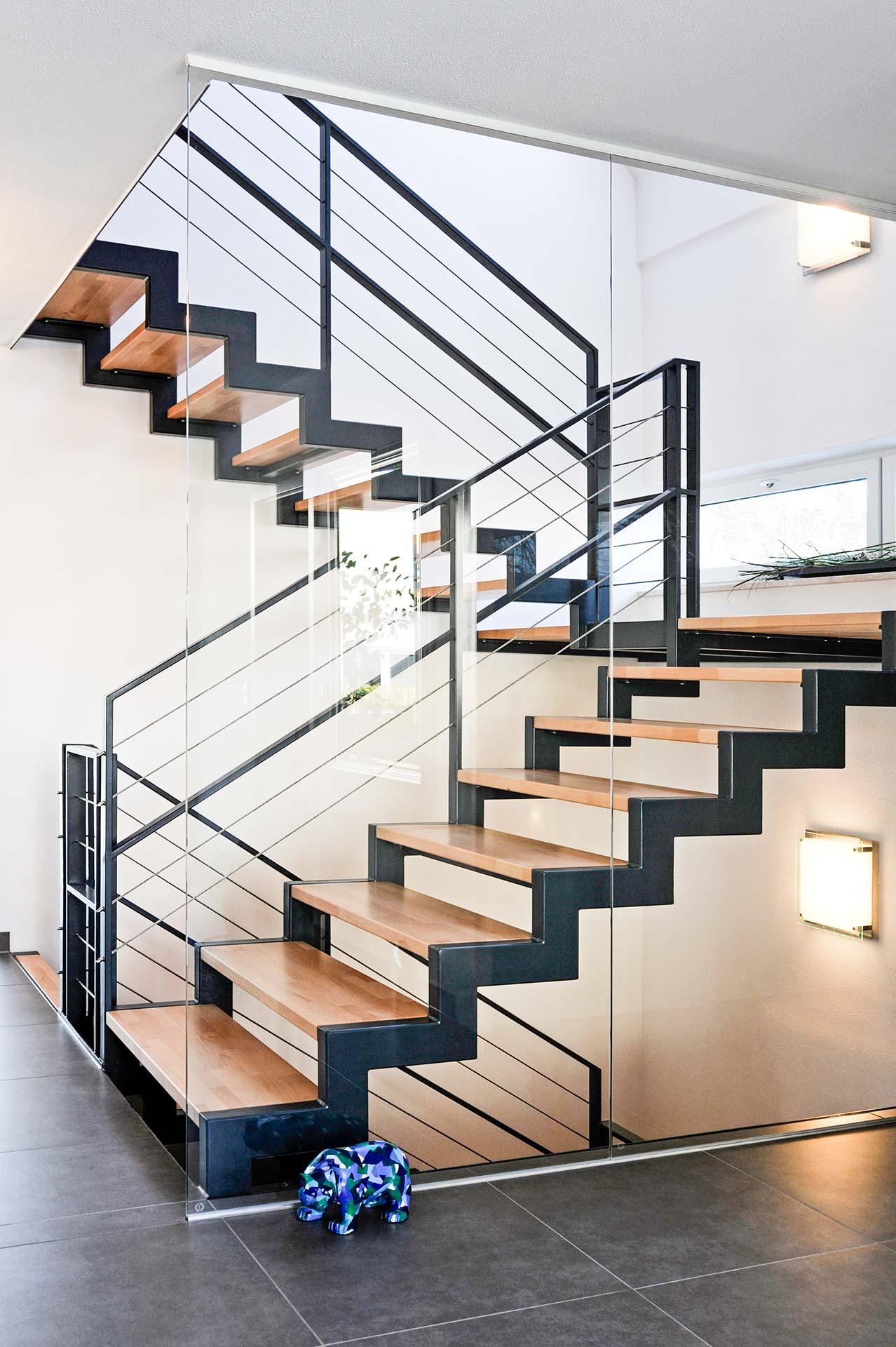 Moderne Treppe mit Glas-Trennwand vom Architekten in Freising